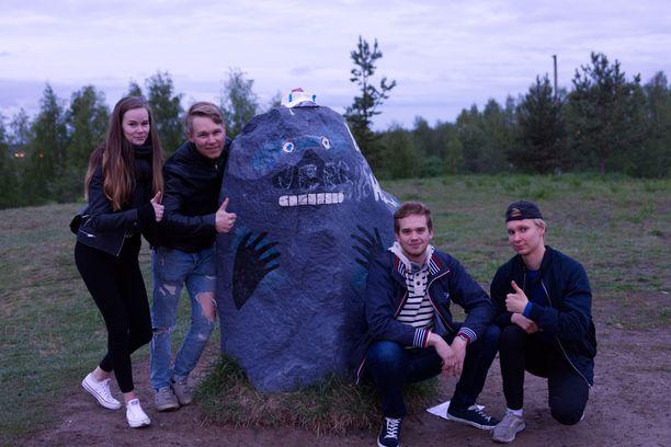 Annika, Simo, Vili ja Voitto kaavailivat Möröstä turistikohdetta.