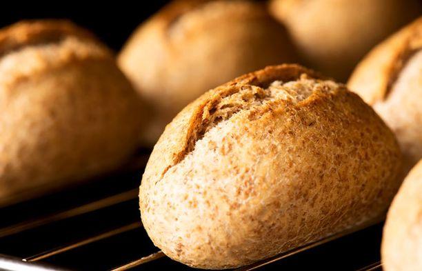 Jos lämmität uunin, paista samalal sämpylöitä tai paahda pähkinöitä.