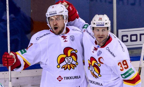 Niklas Hagman (vas.) takoi hattutempun avauserässä.