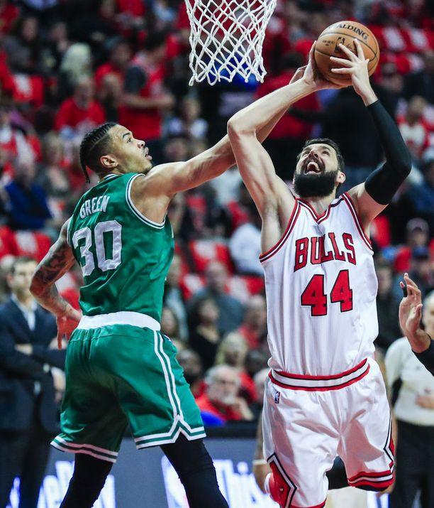 Chicago Bullsin Nikola Mirotic (oik.).