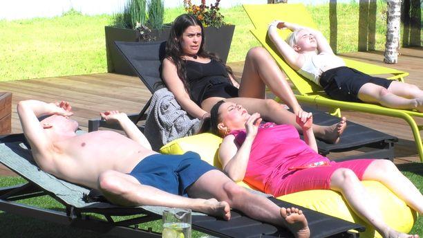 Big Brother -talossa on nautittu lämmöstä. Markku Pulli etualalla.