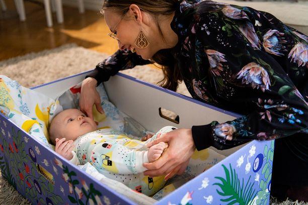 Suurin osa äitiysavustuksista jaetaan äitiyspakkausten muodossa. Vain 30 % ottaa avustuksen rahana.