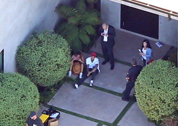 Tuntien jahkailun jälkeen Brown päätti päästää poliisit asuntoonsa.