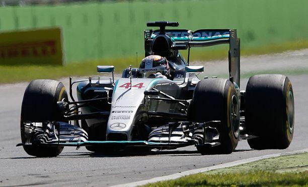 Lewis Hamilton juhli voittoa Monzan osakilpailussa viime viikonloppuna.