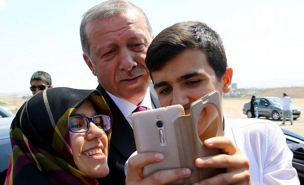 Presidentti selfiessä kansalaisten kanssa.