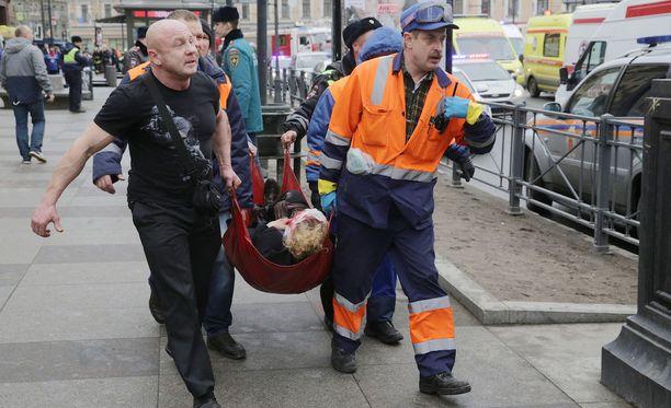 """Pietarissa asuvan suomalaistutkija Jukka von Boehmin mukaan metroräjähdyksen jälkeen Pietarissa on ollut """"surumielinen tunnelma""""."""