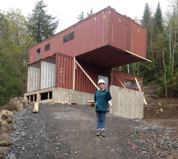Karun näköiset kontit rakennustyön alkuvaiheessa.