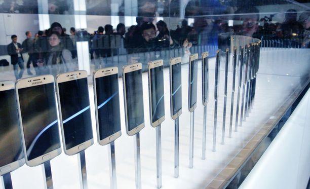 Samsungin Galaxy S6 -puhelimia esittelyssä Barcelonassa.