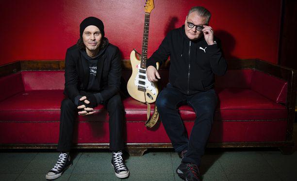 """Ville Valo ja Esa Pulliainen kiertävät tänä vuonna ympäri Suomea Agents-yhtyeen kanssa. Yhteistyö päättyy Rauli """"Badding"""" Somerjoen syntymäpäivänä 30. elokuuta."""