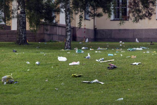Puiston siivoamista ei ollut aloitettu vielä aamukuuden aikaan.