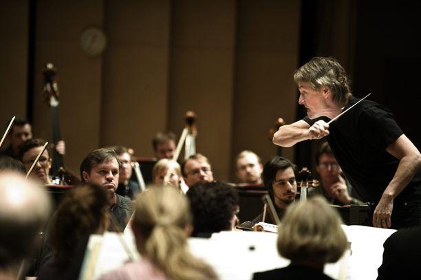 Kapellimestari Esa-Pekka Salonen kuvattuna johtamassa Tampere Filharmoniaa vuonna 2011.