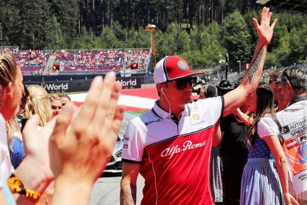 Kimi Räikkönen vilkutti yleisölle Itävallassa kuljettajien paraatissa.