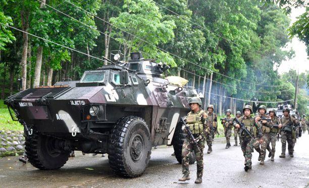 Filippiinien armeija piirittää kaupunkia raskaalla kalustolla.