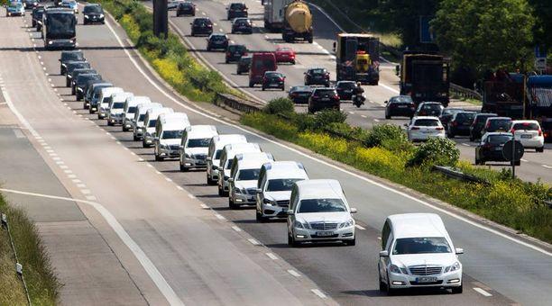 Lennolla kuolleiden matkustajien ruumiita kuljetettiin valkoisten autojen saattueessa kesäkuussa Saksassa.