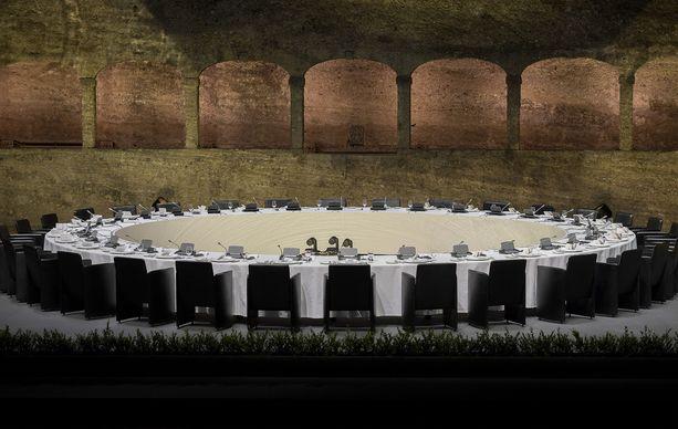 Yhdenlaista historiallista symboliikkaa liittyi myös EU-johtajien tapaamispaikkaan eli Felsenreitschulen konserttihalliin, koska siellä kuvattiin kuuluisa kohtaus musikaalista The Sound of Music.