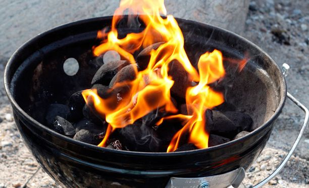 Vaatteet syttyvät palamaan helposti, jos sytytysnestettä käytetään liikaa.