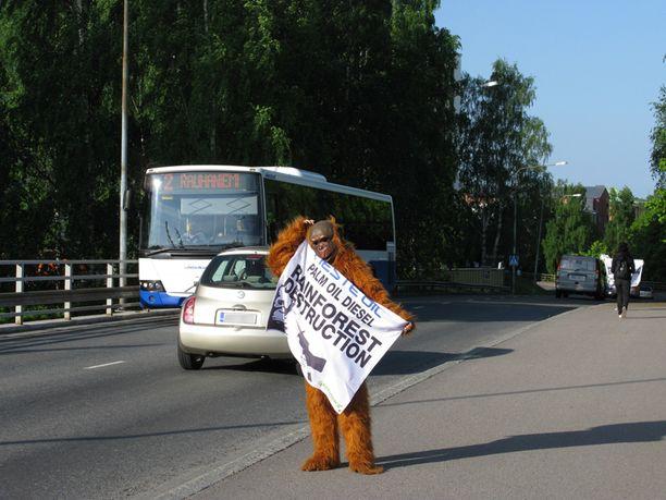 Greenpeacen aktivistit osoittivat mieltään palmuöljydieseliä vastaan Tampereella.