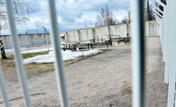 Vanki kertoi, että Jokelan vankilan apulaisjohtaja olisi yllyttänyt ja auttanut häntä tekemään huumekauppaa vankilasta käsin.