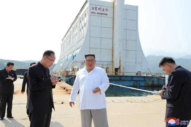 Muut tekevät huolellisesti muistiinpanoja, kun Kim Jong-un määrää Etelä-Korean aikaansaamat rakennelmat purettaviksi Timanttivuoden alueella.