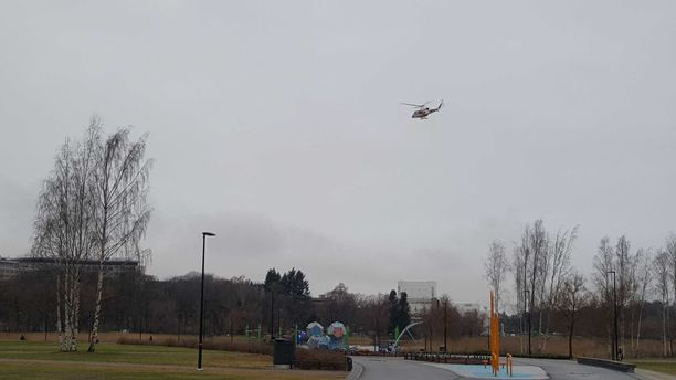 Kopteri pörräsi Töölönlahdella.