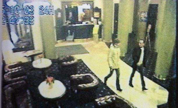 Syyttäjien mukaan Ünsal ja epäillyt suomalaismiehet tapasivat helsinkiläisessä ravintolassa ennen surmayötä. Kuva Volkan Ünsalin palkkamurhaa koskevasta esitutkintapöytäkirjasta.