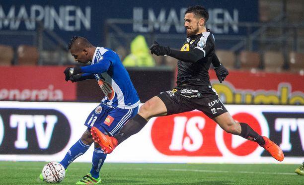HJK:n Alfredo Morelos ampuu 2-0. KuPS:n Nikko Boxall on myöhässä.