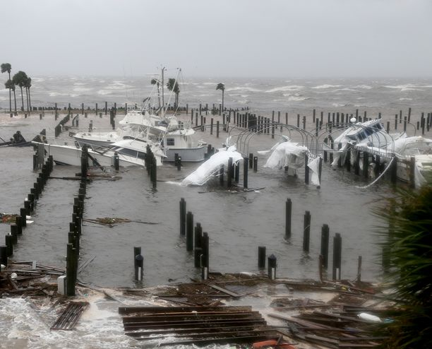 Hurrikaani upotti veneitä Floridan Port St. Joessa.