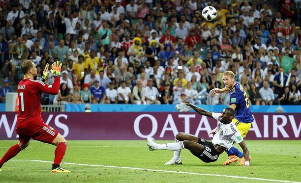 Ola Toivosen samettinen kosketus on lähettänyt pallon Saksan maaliin.