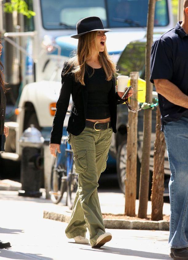 Jenniferin cargo-tyyli vuodelta 2009 - myös vyö näyttää tutulta!