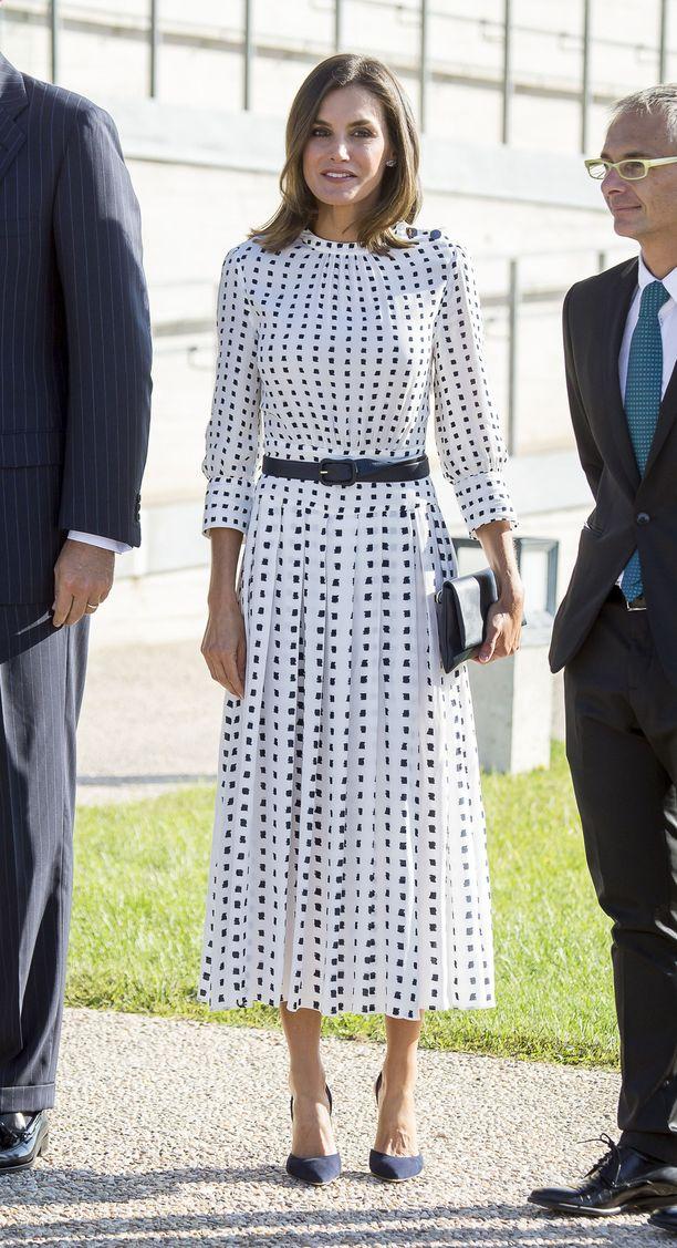 Kotimaista sen olla pitää! Letizia yhdisti espanjalaisen Massimo Duttin mekon Carolina Herreran laukkuun ja - avokkaisiin.