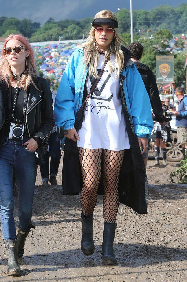 Rita Ora näyttää, että verkkosukkahousut voivat olla myös festariasuste.