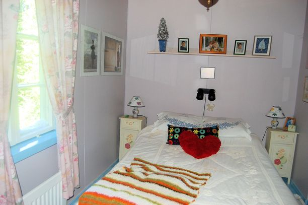 Torpan maalaisromanttinen makuuhuone ennen vuokrausta vuonna 2014.