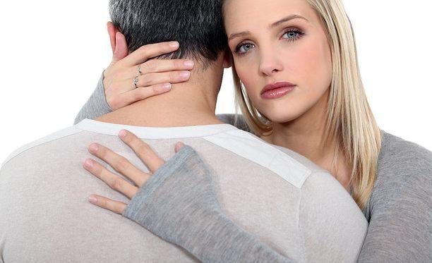 Etenkin psykopaattisia piirteitä omaavat pyrkivät löytämään ihmisen stressitekijät ja heikkoudet, jotta he voivat tehdä itsestään tärkeän tarjoamalla apua.