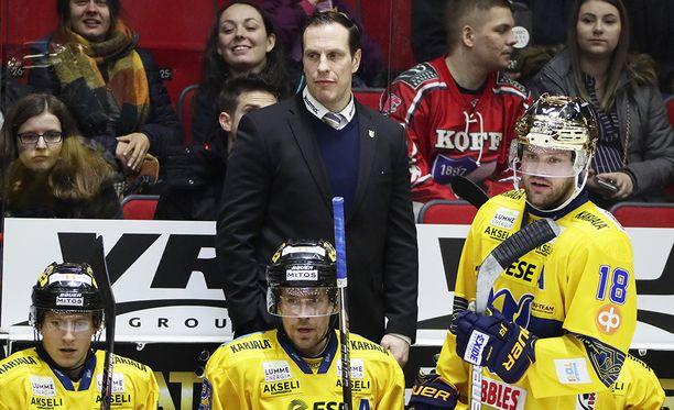 Ville Nieminen joutui seuraamaan Jukurien konttaamista aitiopaikalta.