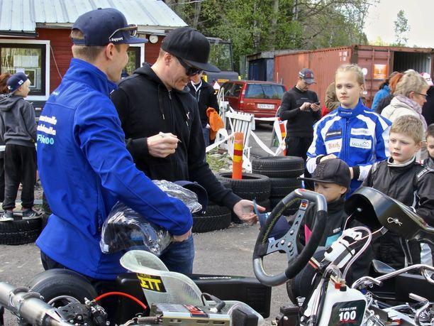 Kimi Räikkönen jakoi Bembölen kartingradalla vuonna 2016 nimikirjoituksia nuorille faneilleen.
