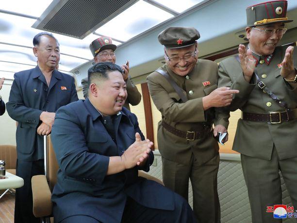 Pohjois-Korean johtaja seurasi perjantain ohjuskoetta, maan valtiollinen uutistoimisto kertoo.
