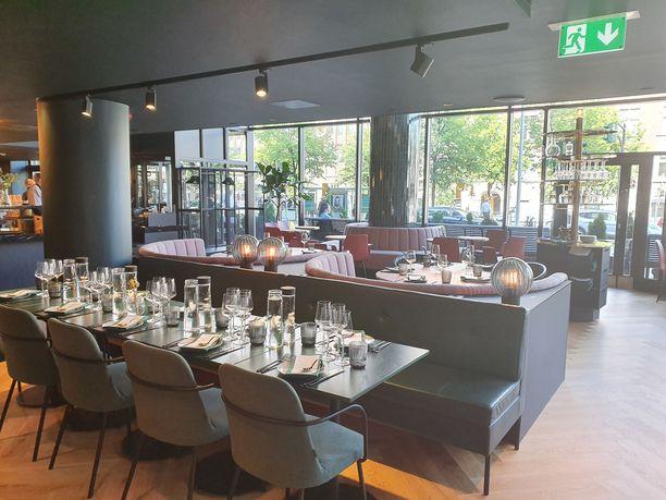 Kuusi palaa -ravintolasta avautuu maisema Mannerheimintielle.