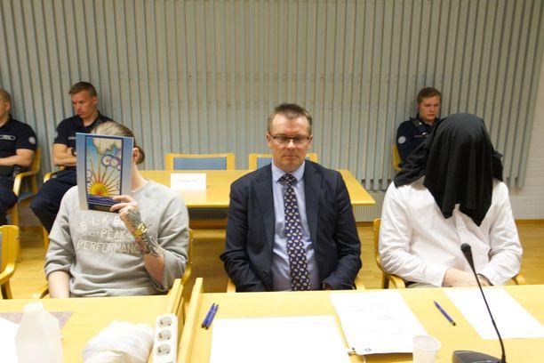 Harri Hietamäki ja Jimmy Leinonen olivat jälleen syytteessä väkivaltaiseen velanperintään liittyvistä rikoksista. Syytteet hylättiin. Kuva soramonttukeissin käräjiltä.