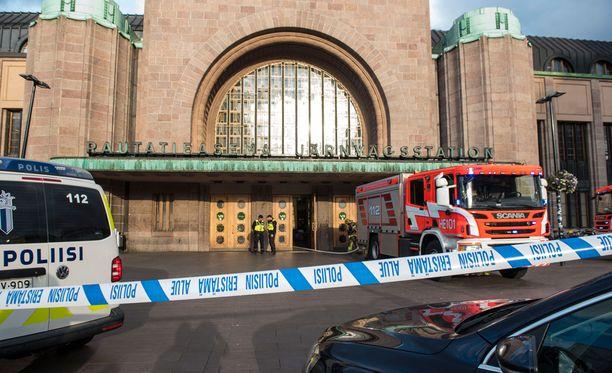 Rautatieaseman lippuhalli suljettiin eilen sen jälkeen, kun asemahallin alapuolella sijaitsevissa henkilökunnan sosiaalitiloissa syttyi tulipalo.
