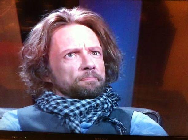 Addikti Antti Reini kertoi Tuomas Enbusken haastattelussa olevansa riippuvuuksiin taipuva ihminen.