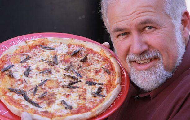 Glenn Milne ideoi heinäsirkoilla täytetyn pizzan.