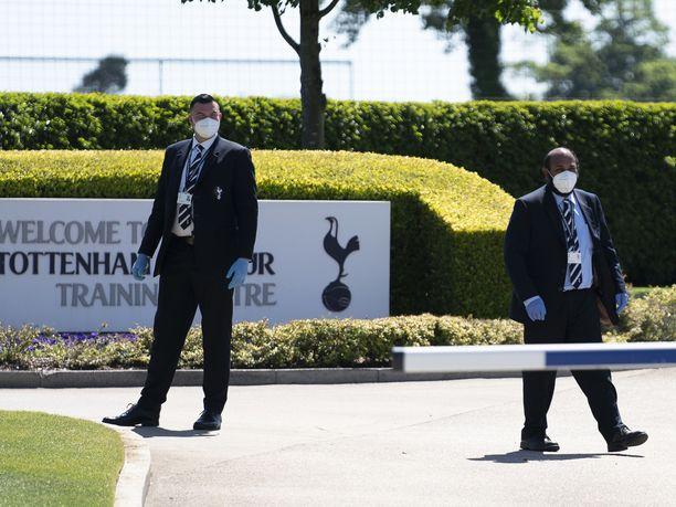 Tottenhamin harjoituskeskuksessa henkilökunta käyttää kasvomaskeja sekä hanskoja.