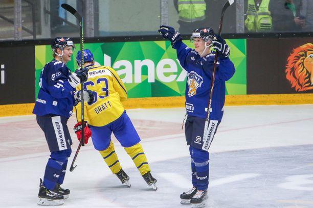Eetu Luostarinen (kuvassa oikealla) ampui torstaina Suomen 5-4-voittomaalin.