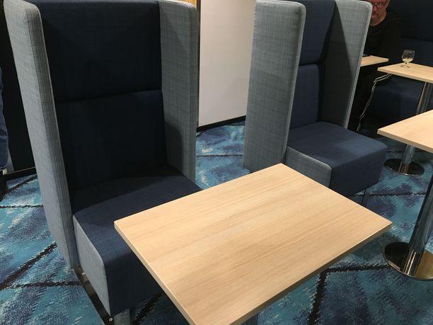Loungesta löytyy rauhallisia työskentelysoppia uusin korkeaselkäisten tuolien ansiosta.