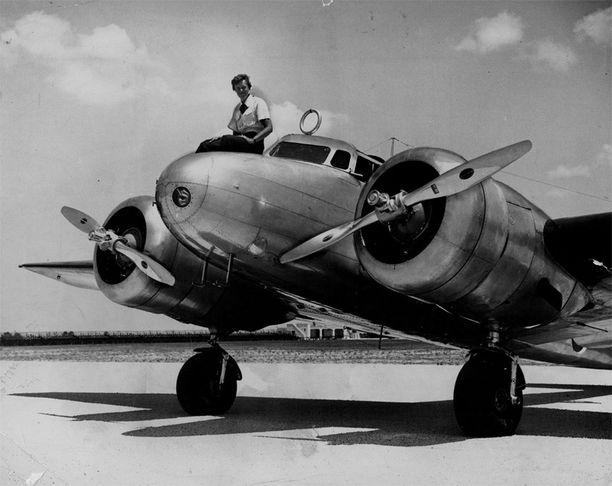 Amelia Earhart istumassa maailmanympärilennolla käytetyn Lockheed Electransa päällä.