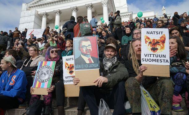 Rasismia vastustettiin myös Peli poikki - rikotaan hiljaisuus -mielenosoituksessa viime syyskuussa Helsingissä. Alkavalla viikolla vietetään rasisminvastaista teemaviikkoa, jonka suojelija on presidentti Sauli Niinistö.