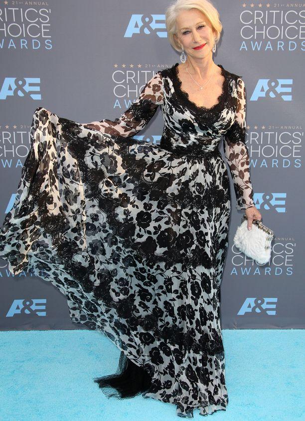 Helen Mirren on tehnyt pitkän uran. Näyttelijä esitteli kaunista mustavalkoista kukkahelmaansa. Näyttelijä oli ehdolla parhaasta sivuosasta elokuvassa Trumbo, mutta ei voittanut.
