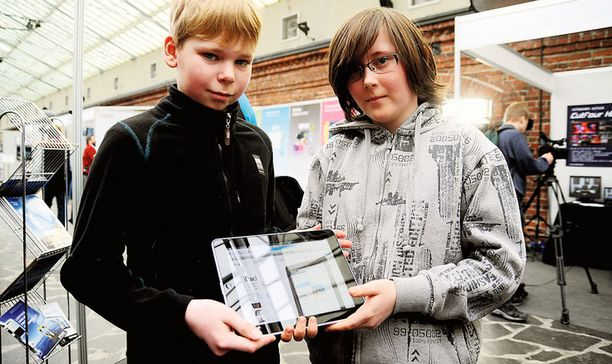 SIISTIÄ! 11-vuotias Joonas Kivimäki ja 12-vuotias Matias van Houtum olivat iPadin kanssa kuin vanhoja tuttuja. – Tämä on tosi näppärä ja näytön tarkkuus on hyvä, pojat arvioivat laitteen ominaisuuksia.