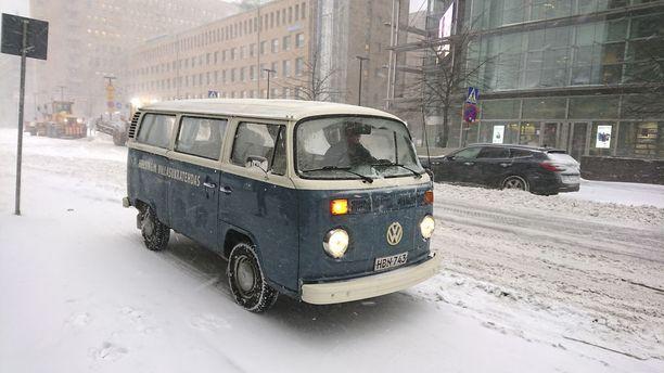 Volkswagen Kleinbus vuosimallia 1974 palvelee talvet ja kesät arkiajossa niin Helsingin Villasukkatehtaan rutiinikuljetuksissa kuin patruuna Kumpulaisen työsuhdeautonakin.