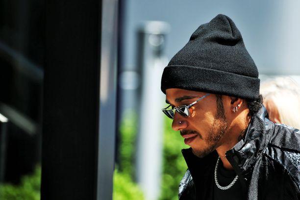 Lewis Hamilton saapui pipo päässä Katalonian moottoriradan varikolle torstaina.